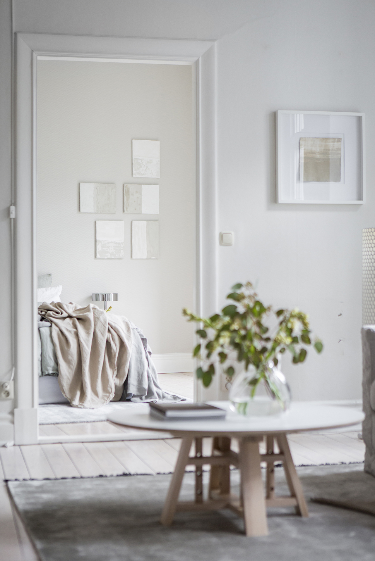 Beige bedroom in spring tints COCO LAPINE DESIGNCOCO LAPINE DESIGN