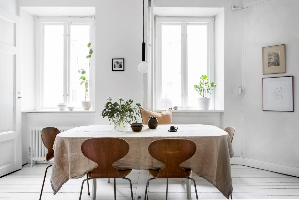 Bright white home decorated with natural tints - via Coco Lapine Design blog