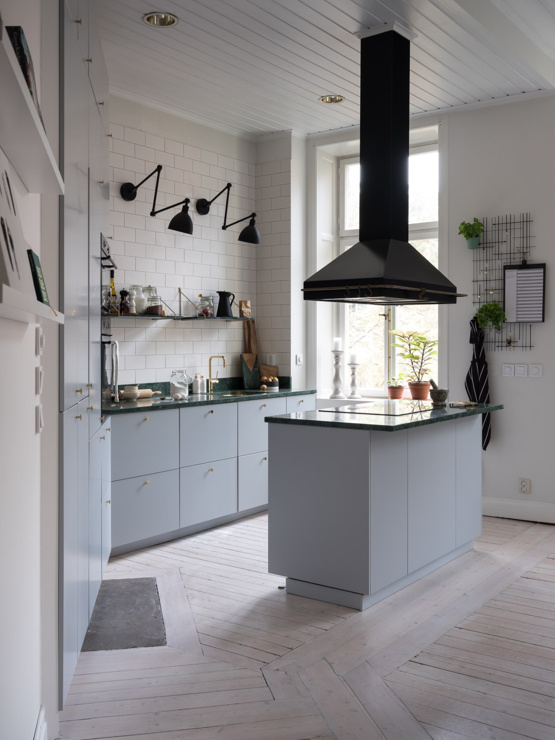 Grey kitchen with brass and green marble