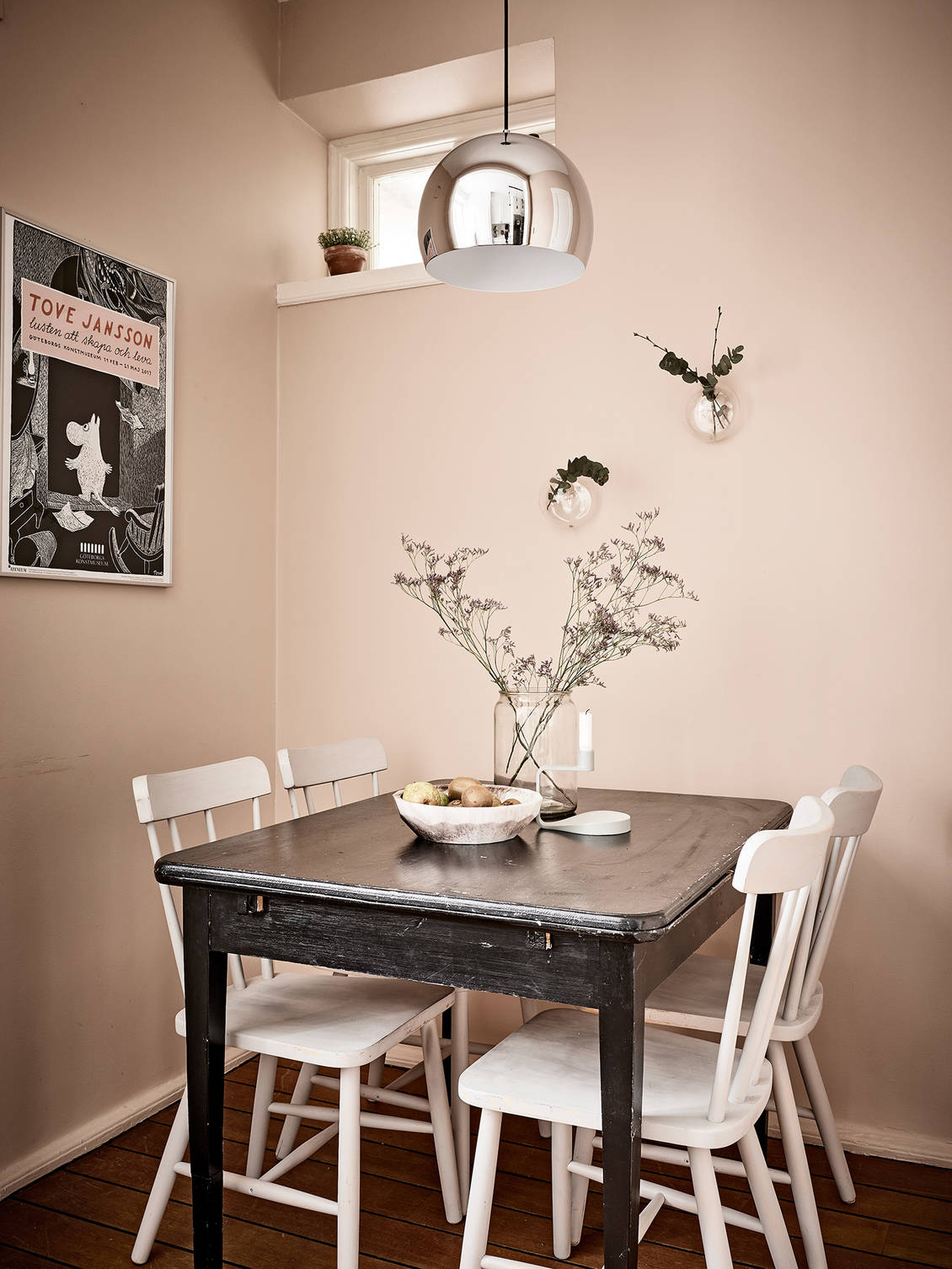 Cozy kitchen table in pink