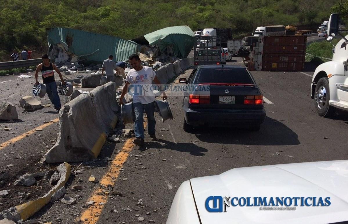 Se registra volcadura de tráiler en autopista Colima-Manzanillo