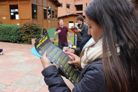 La Campaña Colombiana Contra Minas se acercó el pasado mes de noviembre hasta el Colegio Tilatá, en La Calera (Bogotá D.C.), donde estudiantes de 11º grado se sumergieron en el actual debate sobre el uso de las armas nucleares. Foto CCCM