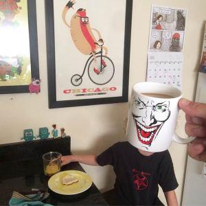 este-padre-convierte-a-sus-hijos-en-super-heroes-usando-su-coleccion-de-tazas-2  Aumenta tus ventas de mugs sublimados. este padre convierte a sus hijos en super heroes usando su coleccion de tazas 2