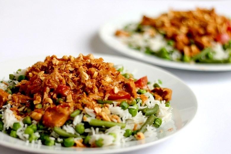 Recept pittige vegan pindakip met rijst en groenten