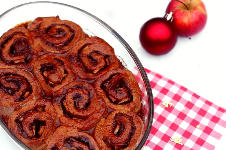 Kerstrecept vegan cinnamon rolls met appel en karamel