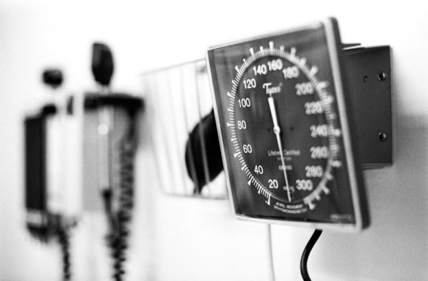 Tensiómetro de pared fijado en consulta médica