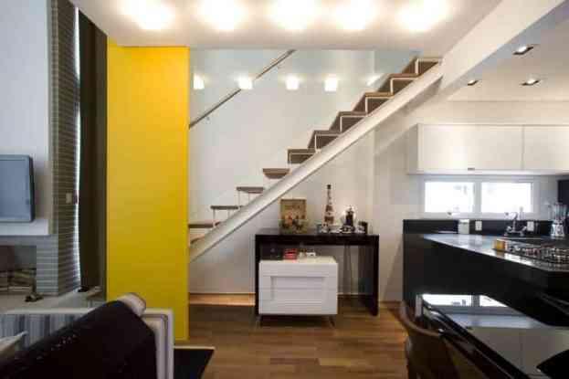 Sala de estar com escada com base de metal e madeira