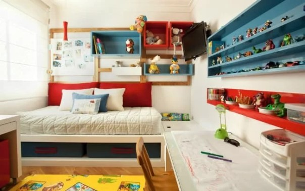 Quarto moderno e colorido para menino