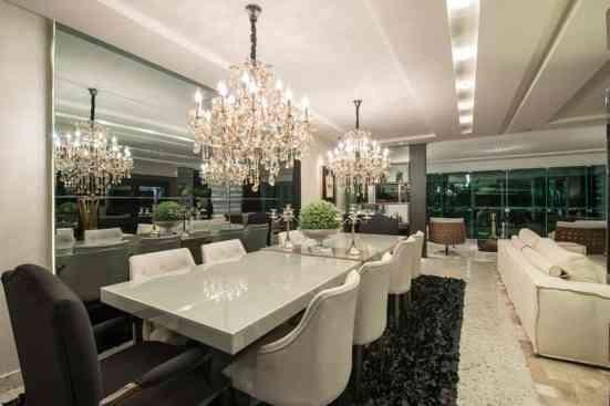 sala de jantar com tapete preto