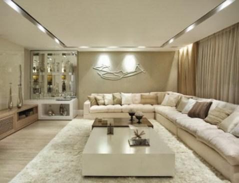 sofa de canto grande com tapete passando dos lados