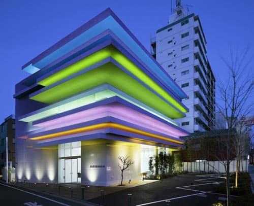 15 fachada moderna com iluminacao colorida