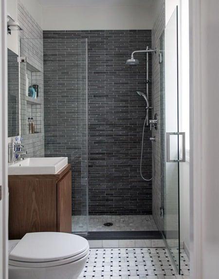 Banheiro com revestimento e piso preto e branco