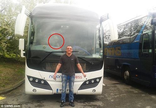 Passageiro de Ônibus Afirma ter Fotografado um ser ALIENÍGENA Misterioso
