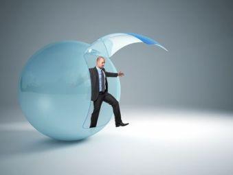 Hombre saliendo de una esfera de cristal