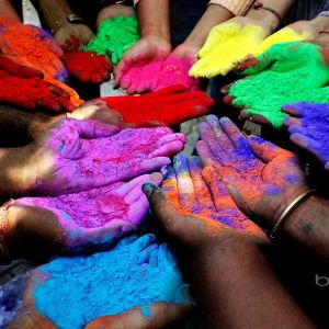 colours-in-hands