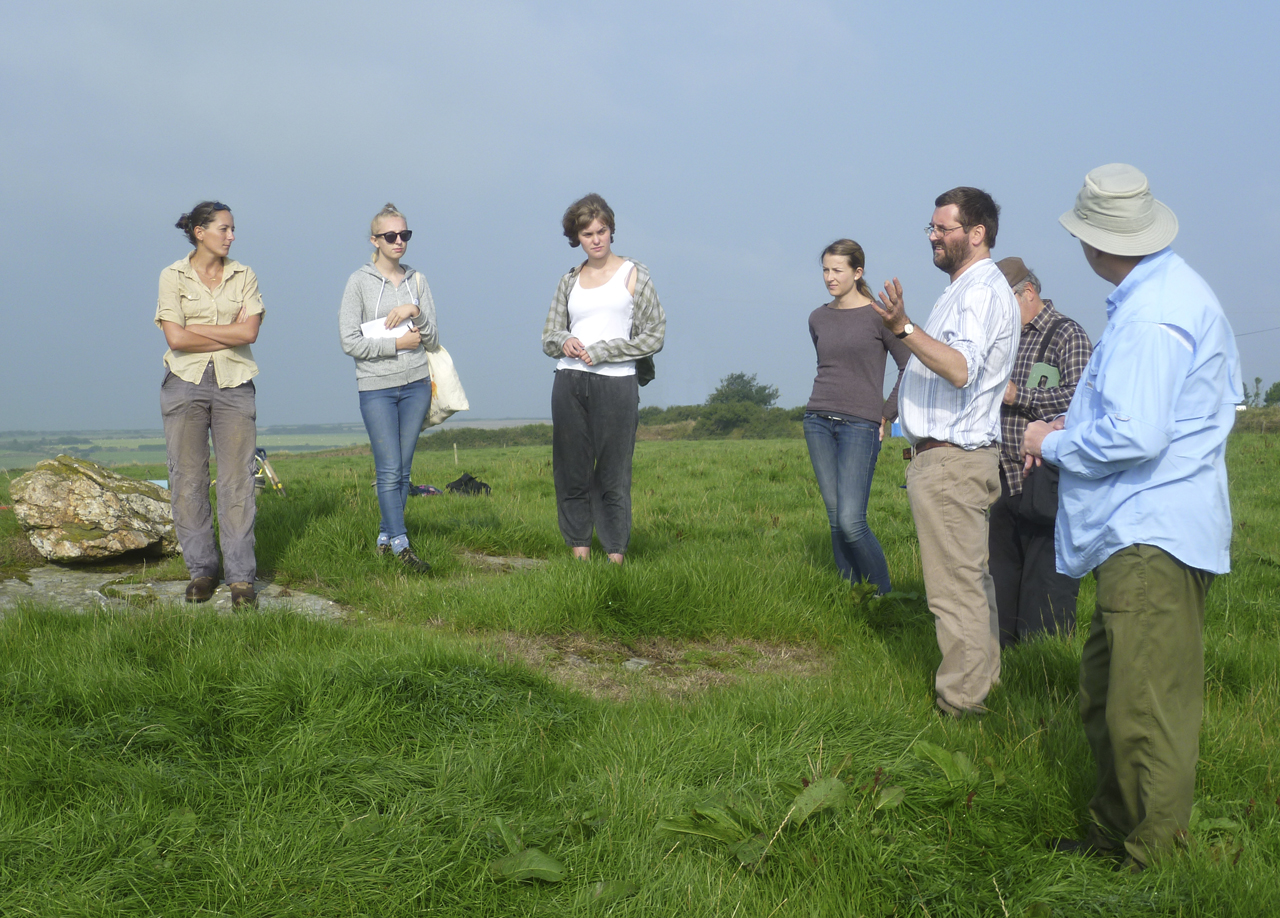 Dr Andy Jones explains the Hendraburnick Project to the diggers.