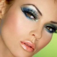 Opération maquillage pour une soirée