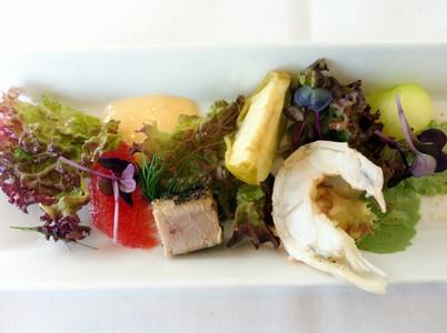 Förrätt 1: Sotad tonfisk med rökt havskräfta, skottsallad, hummermajonnäs samt sjöborrevinägrett.