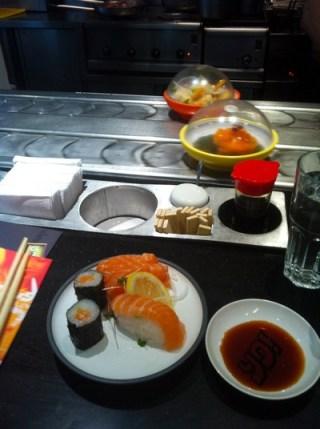 Sushi på rullband.