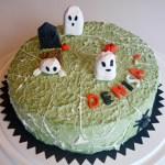 Halloween-/födelsedagstårta fylld med vanilj- och hallon/jordgubbsmousse. Länk