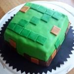 Minecrafttårta med jordgubb- och vaniljfyllning. Länk