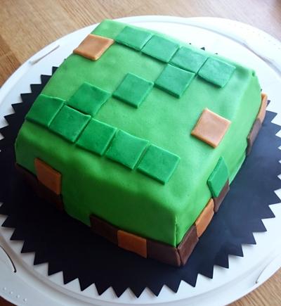 Minecrafttårta med jordgubb- och vaniljfyllning.