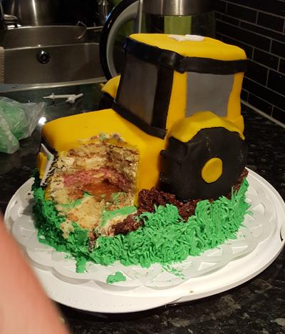 Delvis uppäten, här syns lite av tårtunderlägget som står mellan underdelen och traktorn.