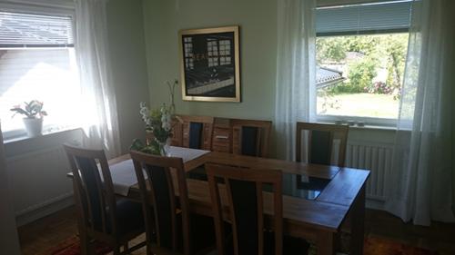 Och samtidigt fick vi lite mer ordning hemma med bord, stolar, gardiner och tavlor på väggarna.