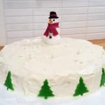 Jultårta med red velvet cake fylld med whipped cream cheese frosting och rårörda hallon. Länk