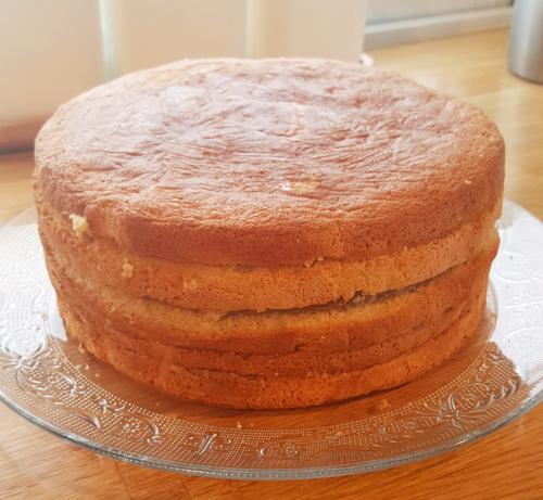 Tårtan fylld med två lager passionsmousse och två lager chokladmousse, och på plats på tårtfatet. I övrigt vanliga sockerkaksbottnar.