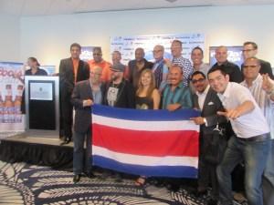 Artistas y la bandera de Costa Rica