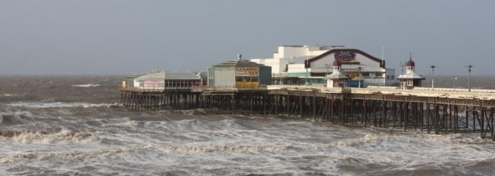 Blackpool by the Sea. Une des fameuses jetées avec Casino et attractions.