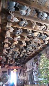 Paires de bottes suspendues au plafond du Saloon