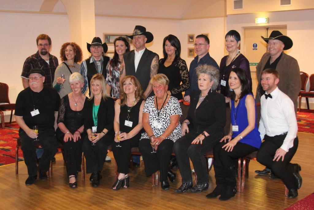 """Jo Thompson (en bleu à d.) avec toutes les personnalités du """"Hall of Fame"""""""