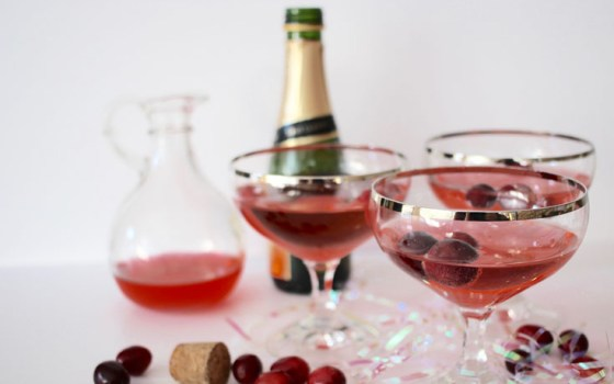 Easy Holiday Cocktail: Champagne and Cranberries