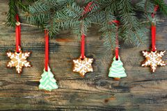 garland-christmas-cookies-spruce-branches-wooden-wall-36106980