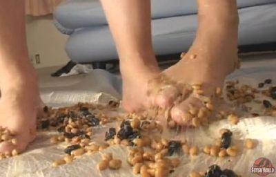 シメは素足で納豆と黒豆をパンツ一枚でこねくり回し踏み潰す!