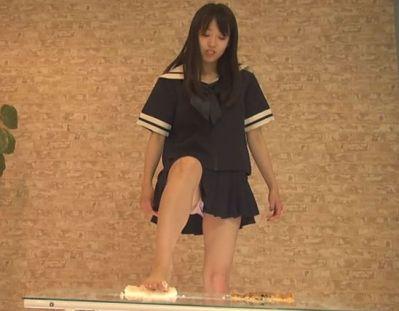 結構可愛い女子高生がセーラー服に素足でフードクラッシュ!