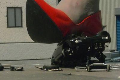 真っ黒な足裏が気になるお年頃。真っ赤なハイヒールと差が最高♪