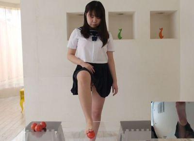 足はノーケアなぽっちゃり女子がトマトを踏み潰すフークラ動画