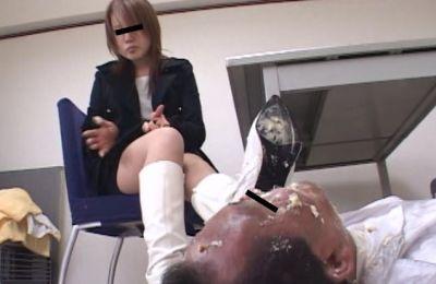 「あ~あ、ブーツ汚れちゃった。掃除してよ」と面接官の口にブチ込む