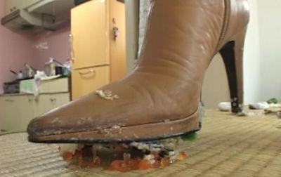 履き潰したブラウンのブーツはくたくた!S女が食べ物をぐちゃぐちゃに。