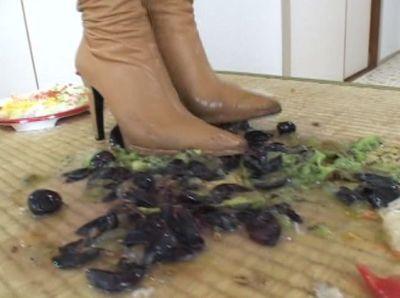 ブーツで踏み潰し水分が全て噴出してしまった大量のブドウ!