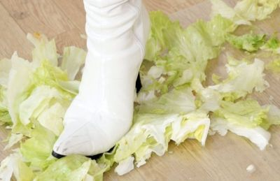 白ブーツのようにさわやかな色のレタスをザクザク爽快に踏み潰す!