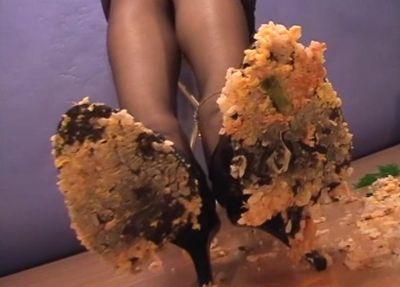 ご飯モノを踏み潰した後は餅になる途中のようにペースト状でベタつく!