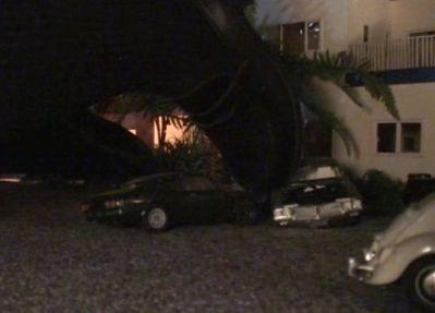 ひざまずく女子高生のローファーがゴミを踏み潰すように車をクラッシュ!