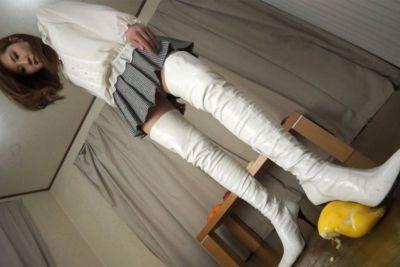 太ももまで伸びる超絶長い白いロングブーツで極厚の皮を破壊するクラッシュ!