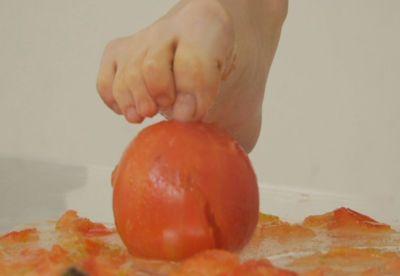 足指をグーにしてトマトの頂点にズブズブ差し込む最高のシーン