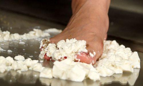 豆腐をぐっちゃぐちゃに!アクリル板の上で木端微塵にされる木綿豆腐!