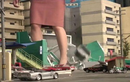 仕事のイライラを街にぶつける!ドカドカと歩き、ビルをぶち壊す巨大女